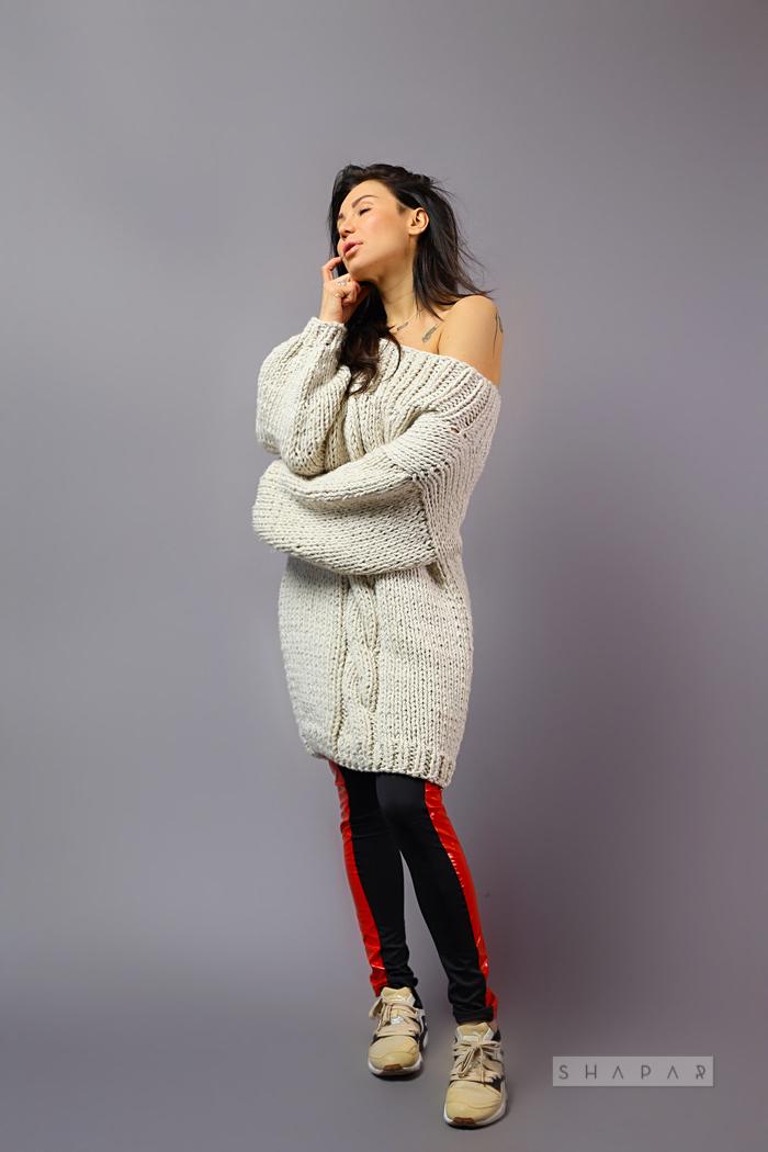 На второй фотографии длинный вязаный свитер женский с косой от Shapar, бренда одежды ручной работы в интернет-магазине связанных спицами вещей.