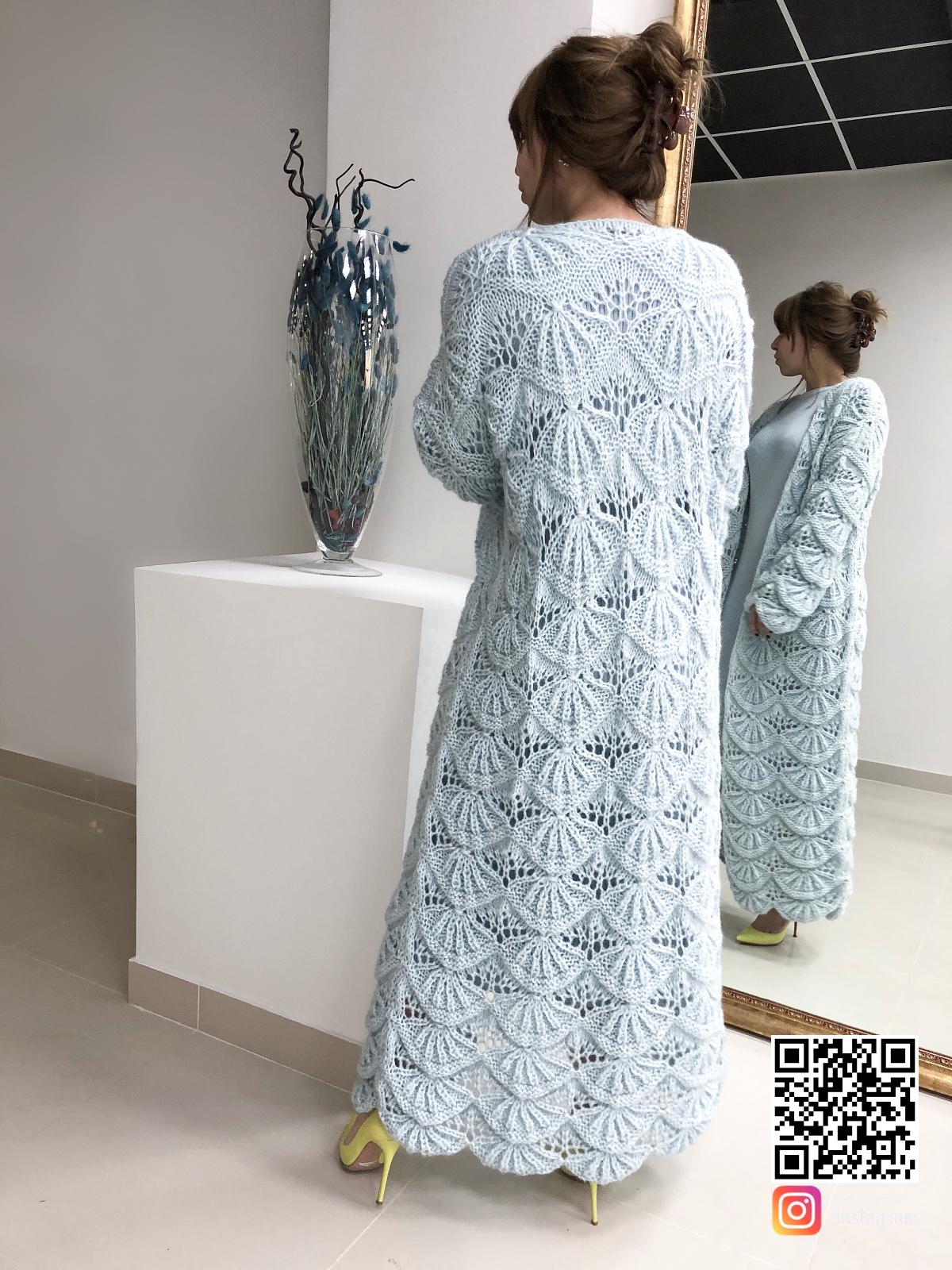 На второй фотографии женский кардиган голубого цвета со спины от Shapar бренда вязаной одежды ручной работы в интернет-магазине связанных спицами вещей.