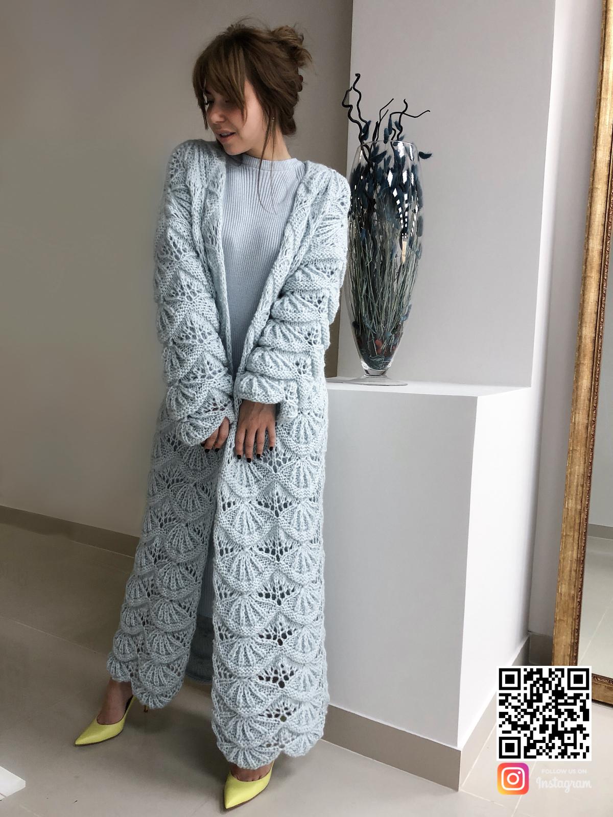На фотографии женский кардиган голубого цвета от Shapar бренда вязаной одежды ручной работы в интернет-магазине связанных спицами вещей.