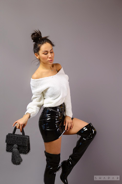 На пятой фотографии белый короткий вязаный свитер от Shapar, бренда одежды ручной работы в интернет-магазине связанных спицами вещей.