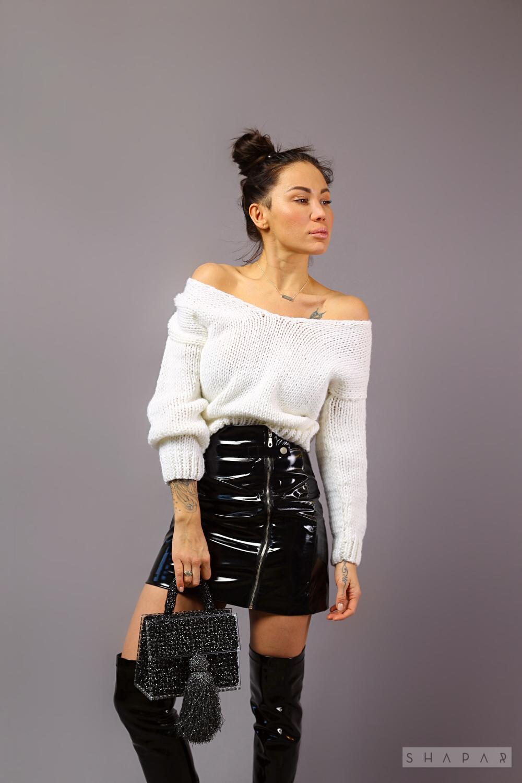 На фотографии женский короткий вязаный свитер от Shapar, бренда одежды ручной работы в интернет-магазине связанных спицами вещей.