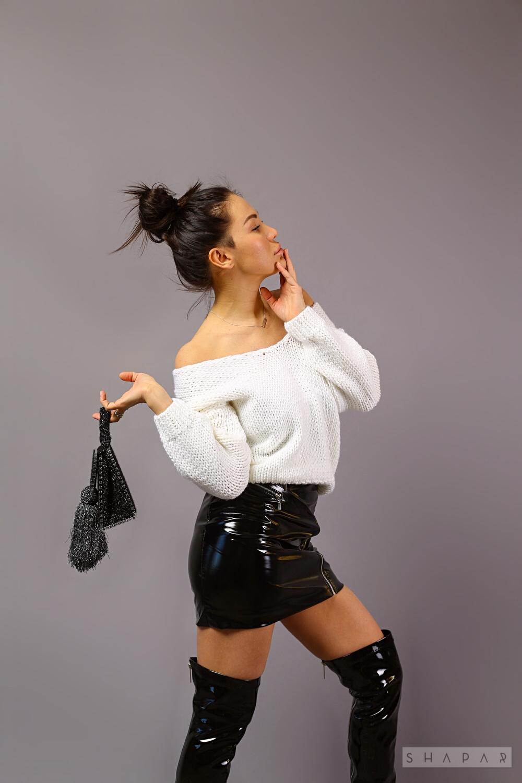 На четвертой фотографии короткий вязаный свитер белого цвета от Shapar, бренда одежды ручной работы в интернет-магазине связанных спицами вещей.