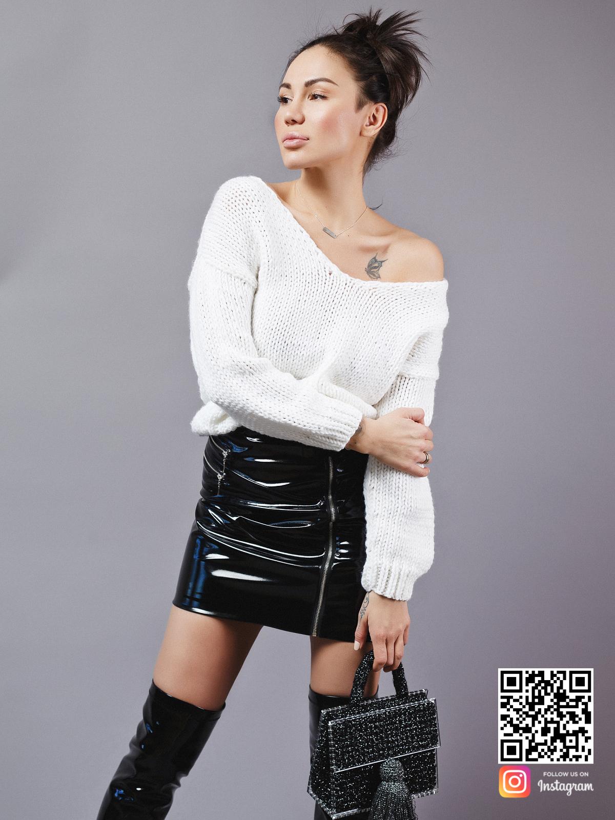 На третьей фотографии короткий вязаный свитер на одно плечо от Shapar, бренда одежды ручной работы в интернет-магазине связанных спицами вещей.