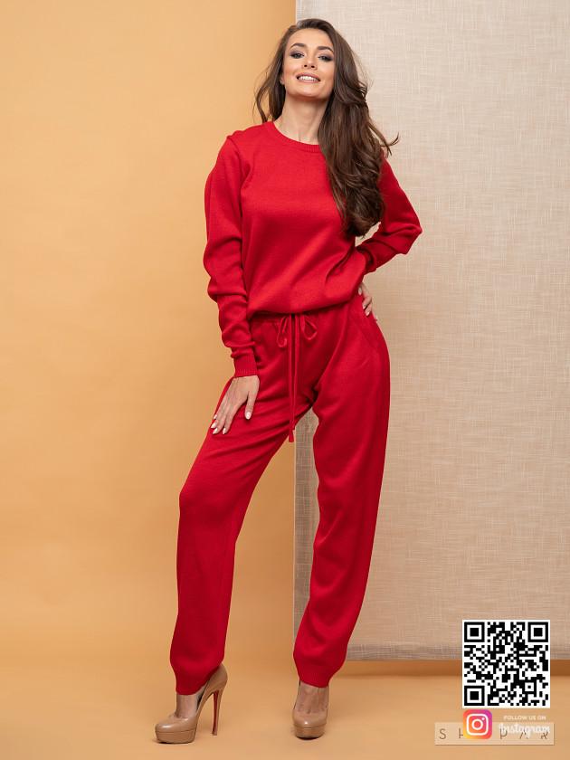 На фотографии красный брючный костюм женский от Shapar, бренда вязаной одежды ручной работы в интернет-магазине связанных спицами вещей.