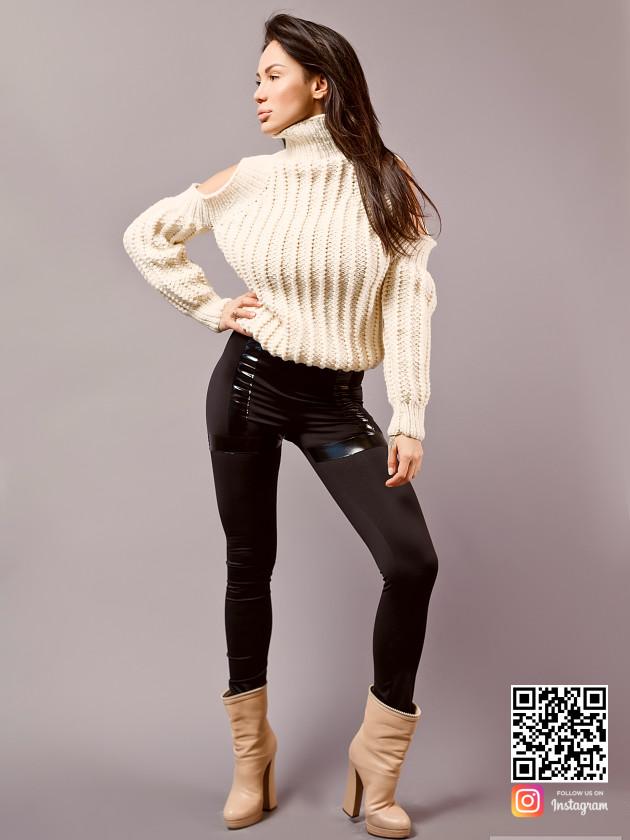 На фотографии модный свитер для девушек от Shapar, бренда вязаной одежды ручной работы в интернет-магазине связанных спицами вещей.