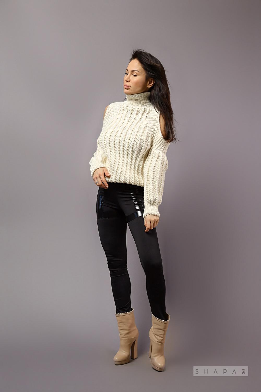 На шестой фотографии белый модный свитер для девушек от Shapar, бренда вязаной одежды ручной работы в интернет-магазине связанных спицами вещей.