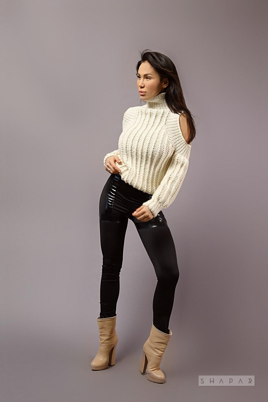 На пятой фотографии молочный модный свитер для девушек от Shapar, бренда вязаной одежды ручной работы в интернет-магазине связанных спицами вещей.
