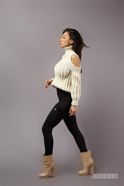 На четвертой фотографии модный свитер для девушек белого цвета от Shapar, бренда вязаной одежды ручной работы в интернет-магазине связанных спицами вещей.