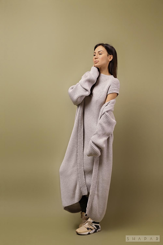 На фотографии женское платье с кардиганом от Shapar, бренда вязаной одежды ручной работы в интернет-магазине связанных спицами вещей.