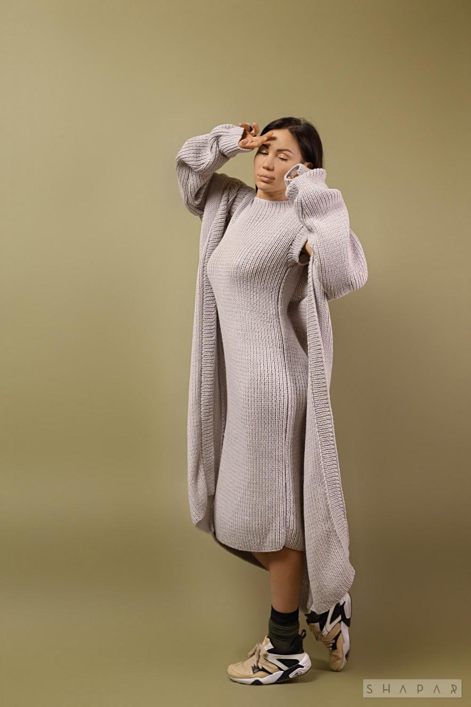 На шестой фотографии модное платье с кардиганом для девушек и женщин от Shapar, бренда вязаной одежды ручной работы в интернет-магазине связанных спицами вещей.