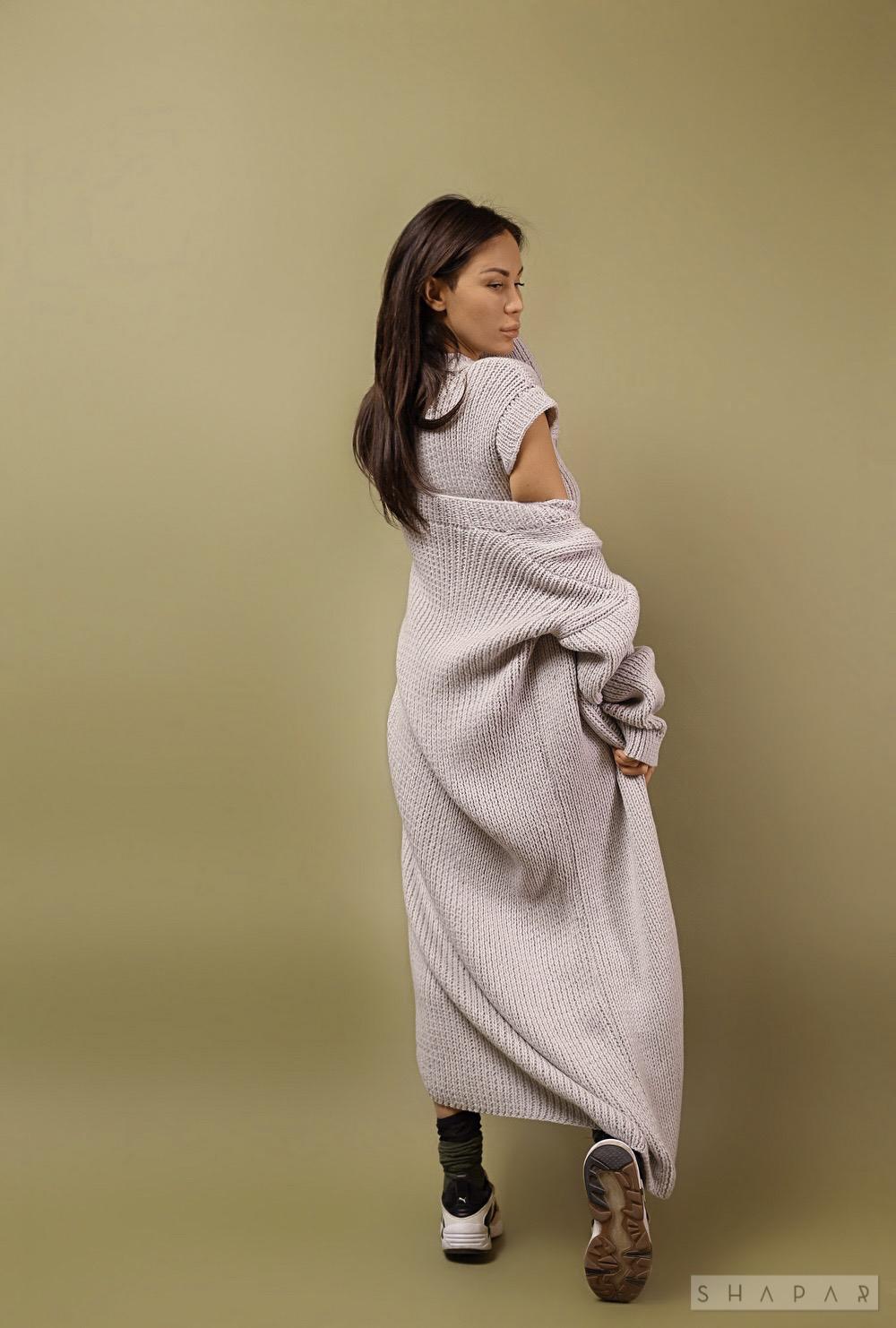 На второй фотографии женское платье с кардиганом со спины от Shapar, бренда вязаной одежды ручной работы в интернет-магазине связанных спицами вещей.