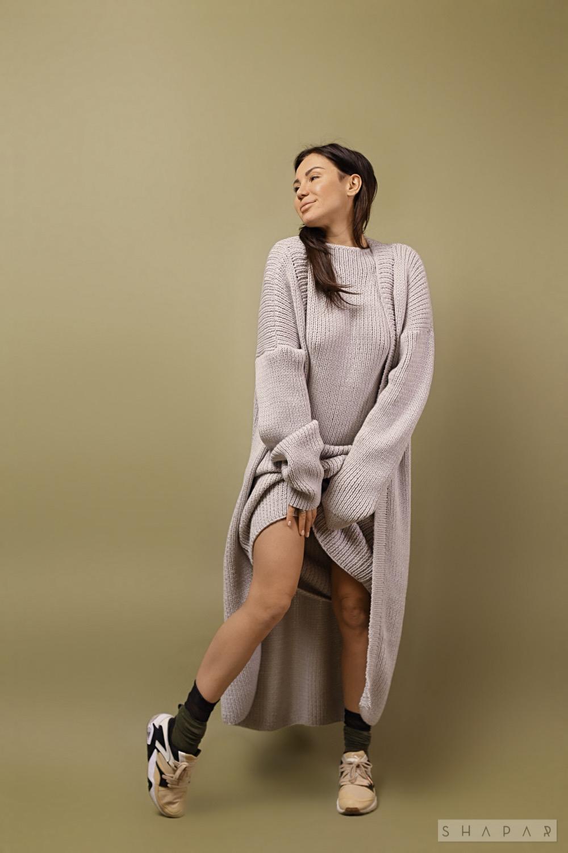 На пятой фотографии серое женское платье с кардиганом от Shapar, бренда вязаной одежды ручной работы в интернет-магазине связанных спицами вещей.