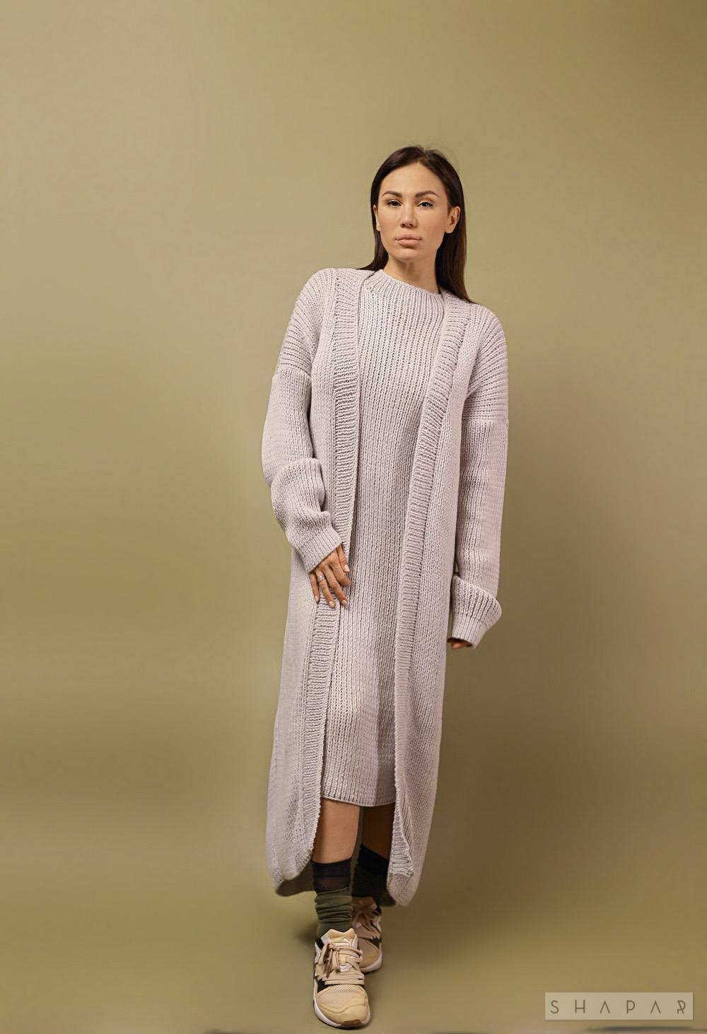 На третьей фотографии женское платье с кардиганом серого цвета от Shapar, бренда вязаной одежды ручной работы в интернет-магазине связанных спицами вещей.