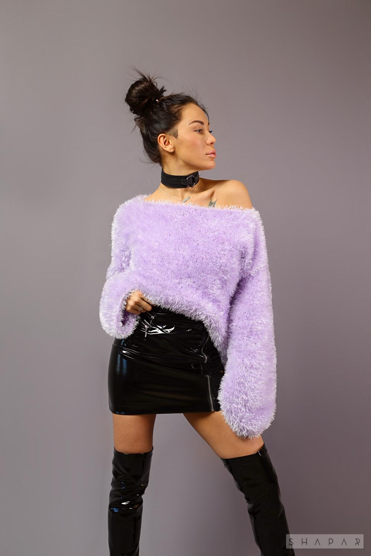На третьей фотографии женский пушистый джемпер сиреневого цвета от Shapar, бренда вязаной одежды ручной работы в интернет-магазине связанных спицами вещей.