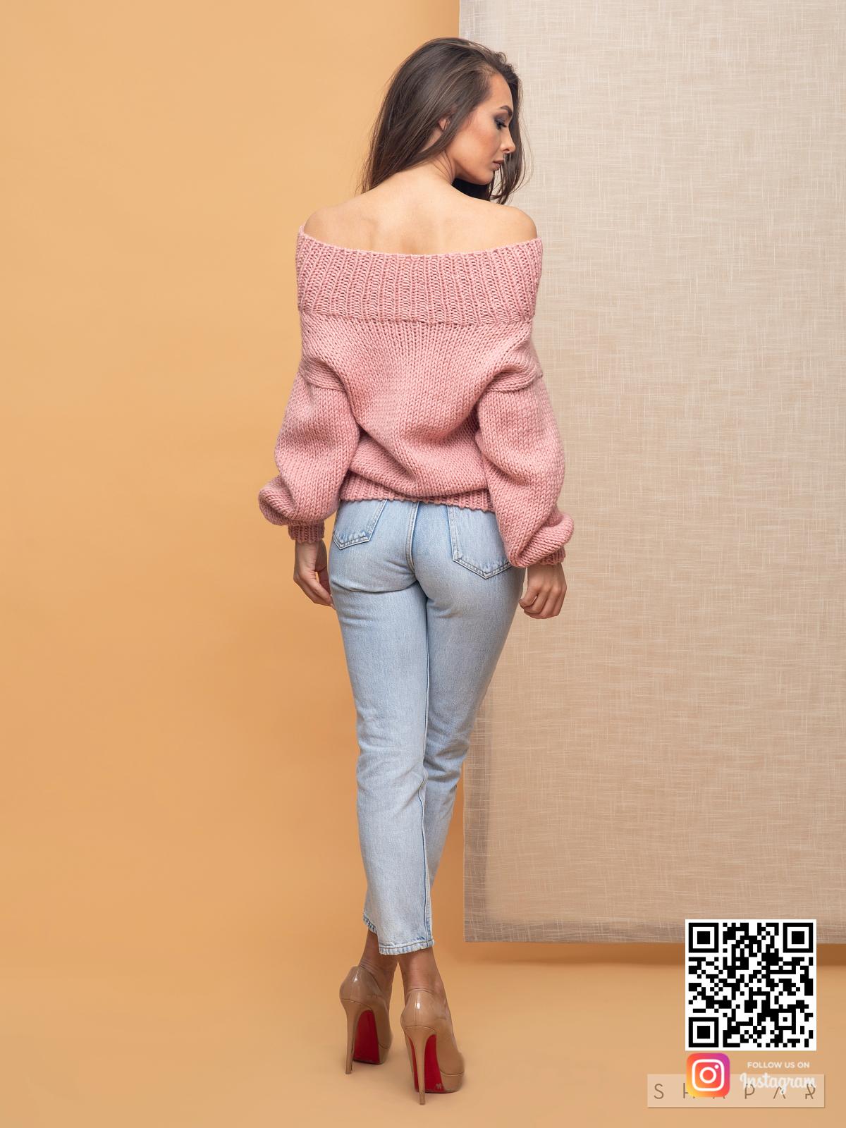 На второй фотографии розовый свитер женский со спины от Shapar, бренда вязаной одежды ручной работы в интернет-магазине связанных спицами вещей.