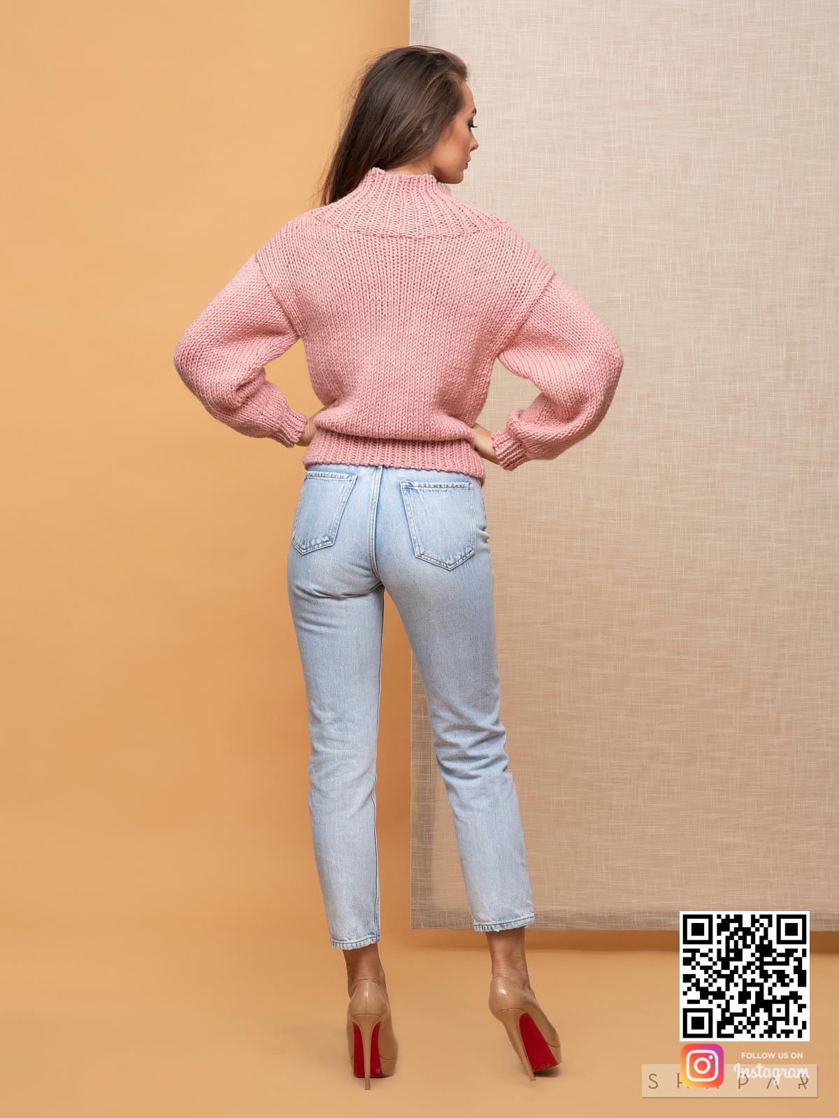 На пятой фотографии модный свитер розового цвета для девушек от Shapar, бренда вязаной одежды ручной работы в интернет-магазине связанных спицами вещей.