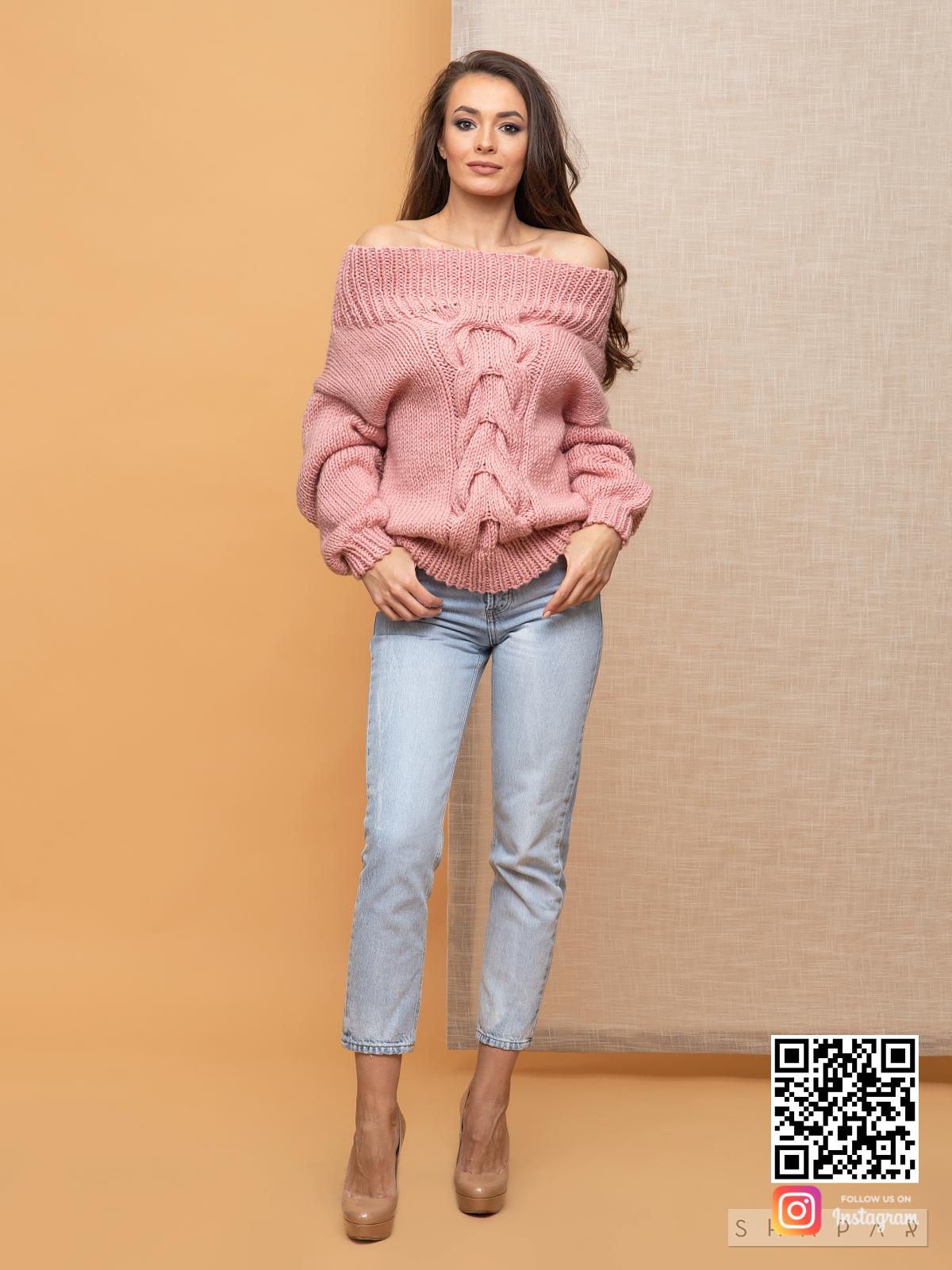 На фотографии розовый свитер женский с открытыми плечами от Shapar, бренда вязаной одежды ручной работы в интернет-магазине связанных спицами вещей.