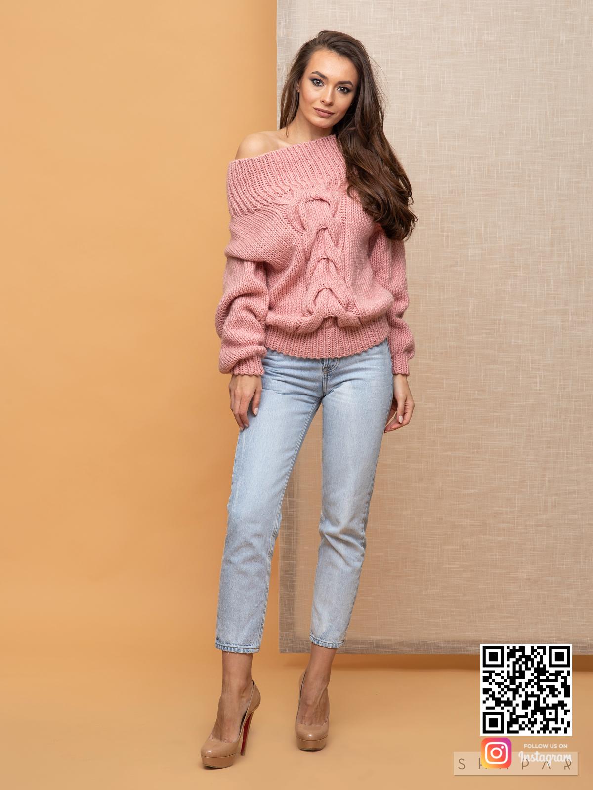 На шестой фотографии розовый свитер женский с крупной косой от Shapar, бренда вязаной одежды ручной работы в интернет-магазине связанных спицами вещей.