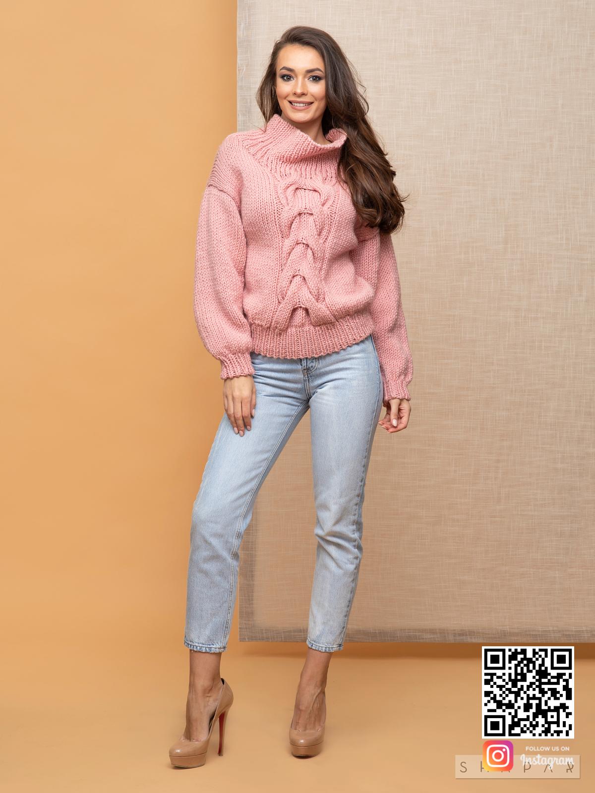 На четвертой фотографии розовый свитер женский с поднятым воротником от Shapar, бренда вязаной одежды ручной работы в интернет-магазине связанных спицами вещей.