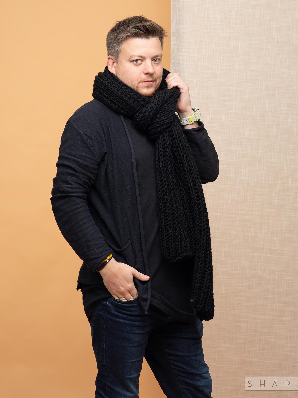 На четвертой фотографии объемный черный мужской шарф от Shapar, бренда вязаной одежды ручной работы в интернет-магазине связанных спицами аксессуаров.