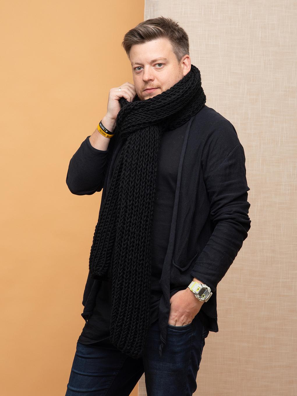 На фотографии шарф черный мужской от Shapar, бренда вязаной одежды ручной работы в интернет магазине связанных спицами вещей.