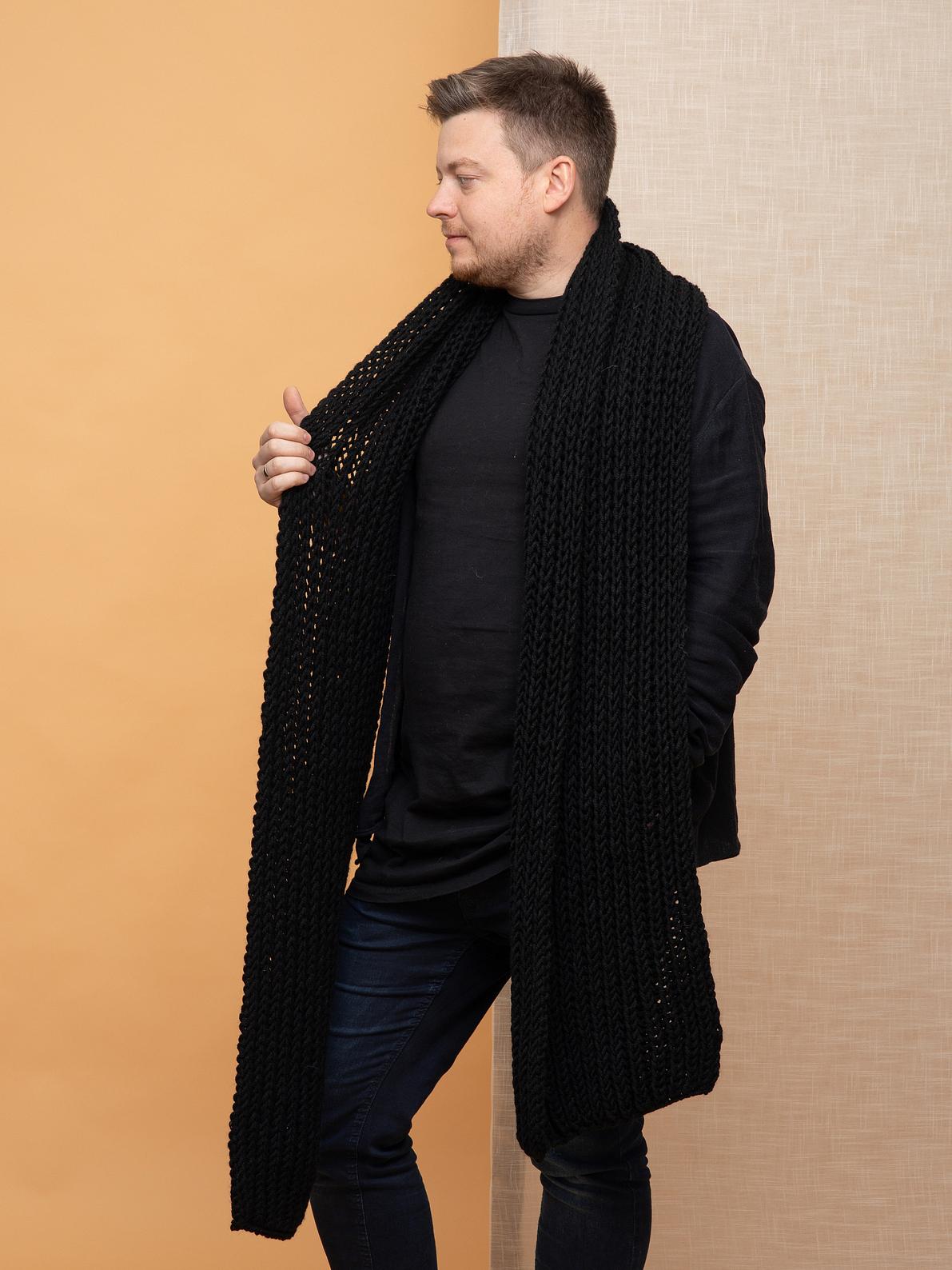 На пятой фотографии стильный черный мужской шарф от Shapar, бренда вязаной одежды ручной работы в интернет-магазине связанных спицами аксессуаров.