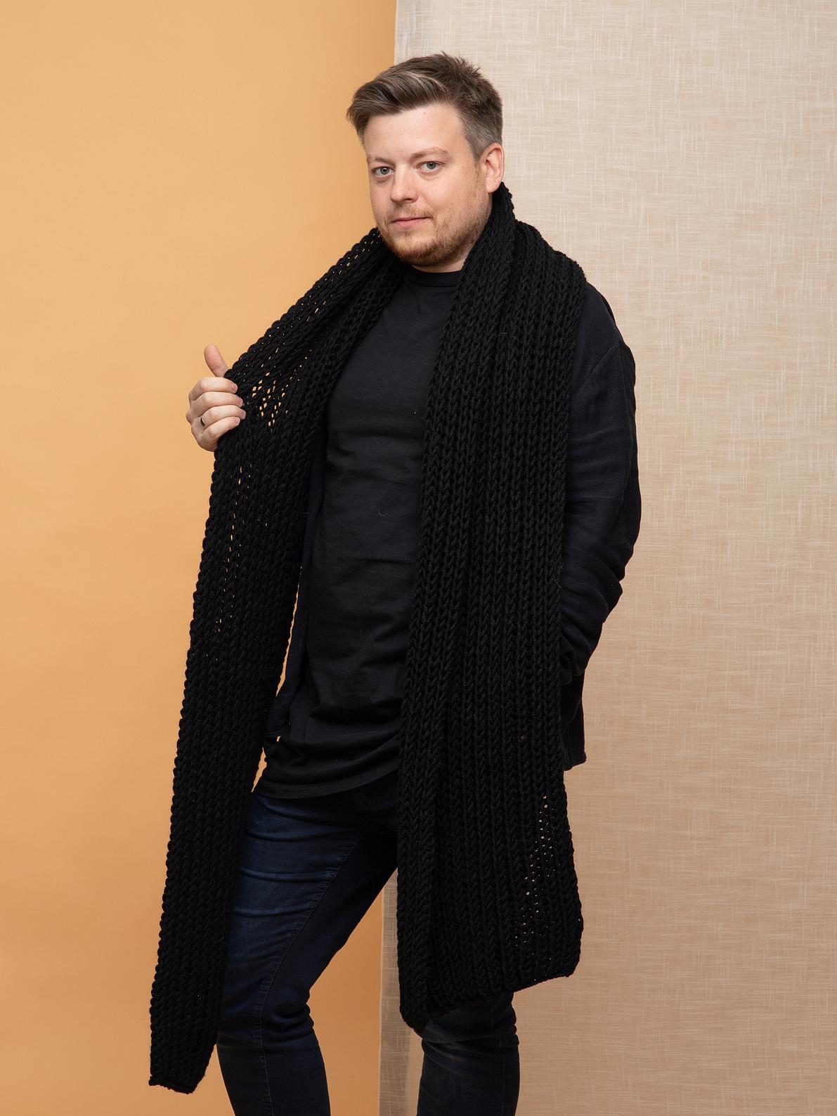 На второй фотографии мужской шарф черного цвета от Shapar, бренда вязаной одежды ручной работы в интернет-магазине связанных спицами аксессуаров.
