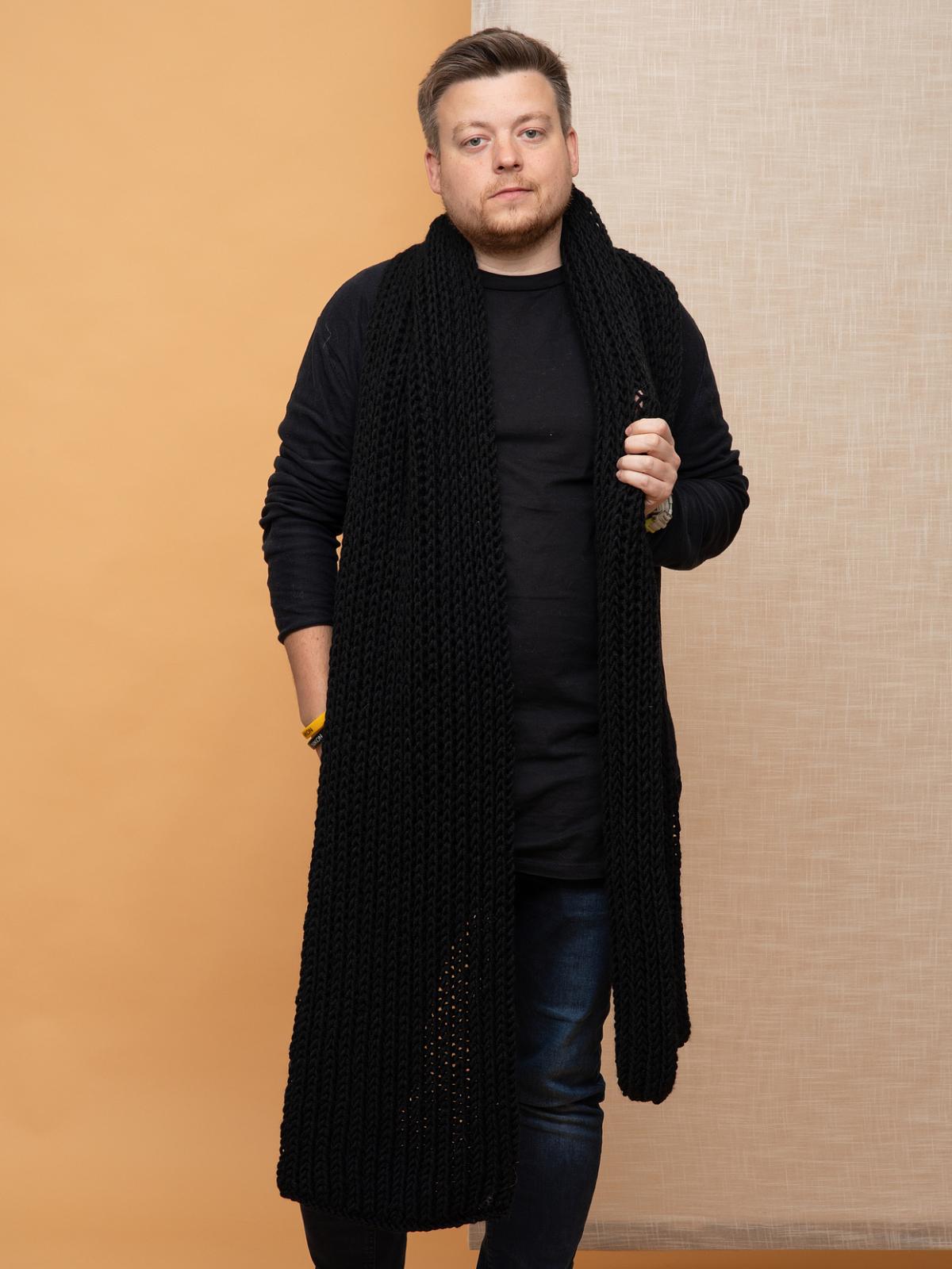 На третьей фотографии черный мужской шарф крупной вязки от Shapar, бренда вязаной одежды ручной работы в интернет-магазине связанных спицами аксессуаров.