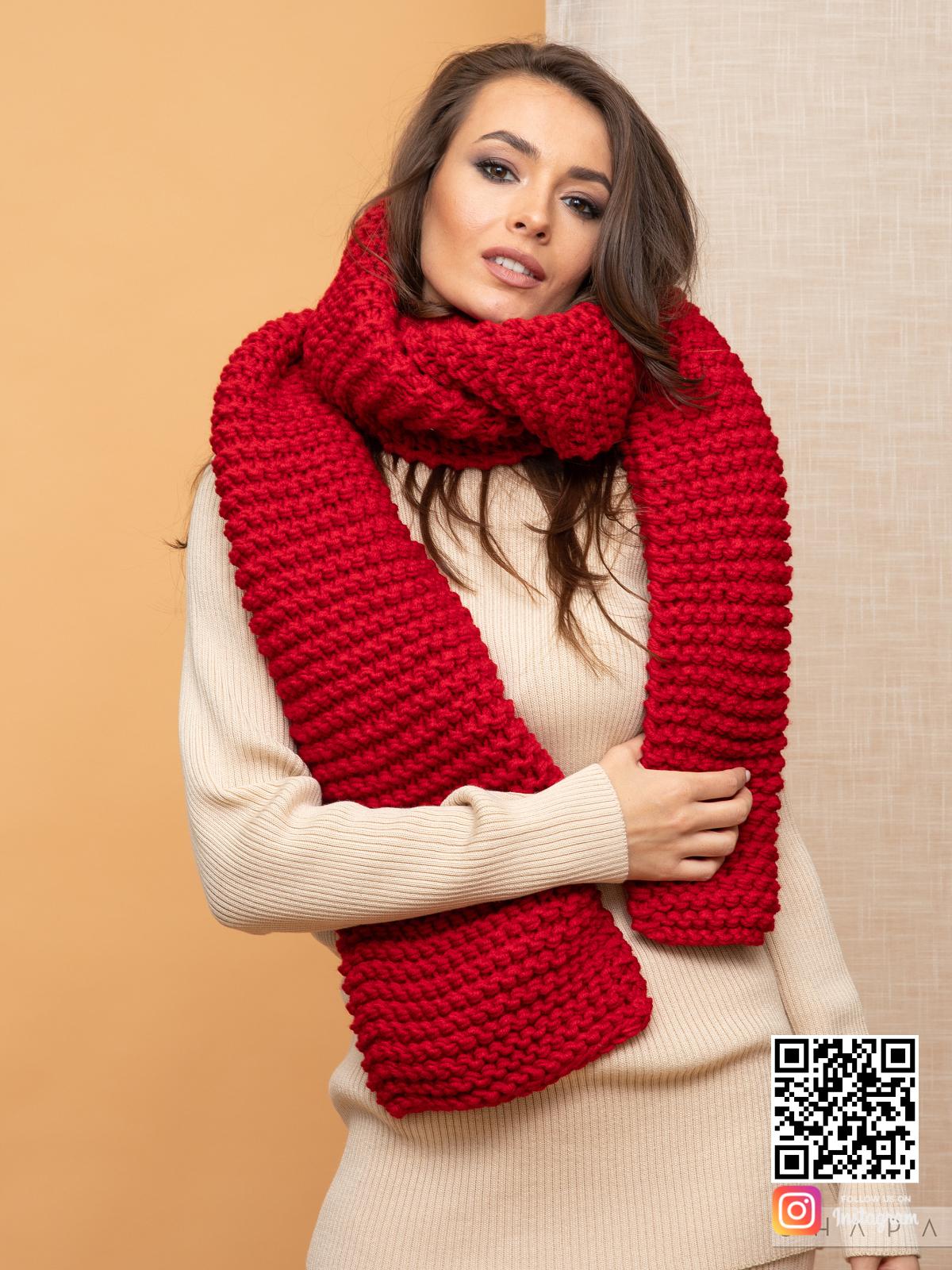 На пятой фотографии модный женский шарф красного цвета от Shapar, бренда вязаной одежды ручной работы в интернет-магазине связанных спицами вещей.