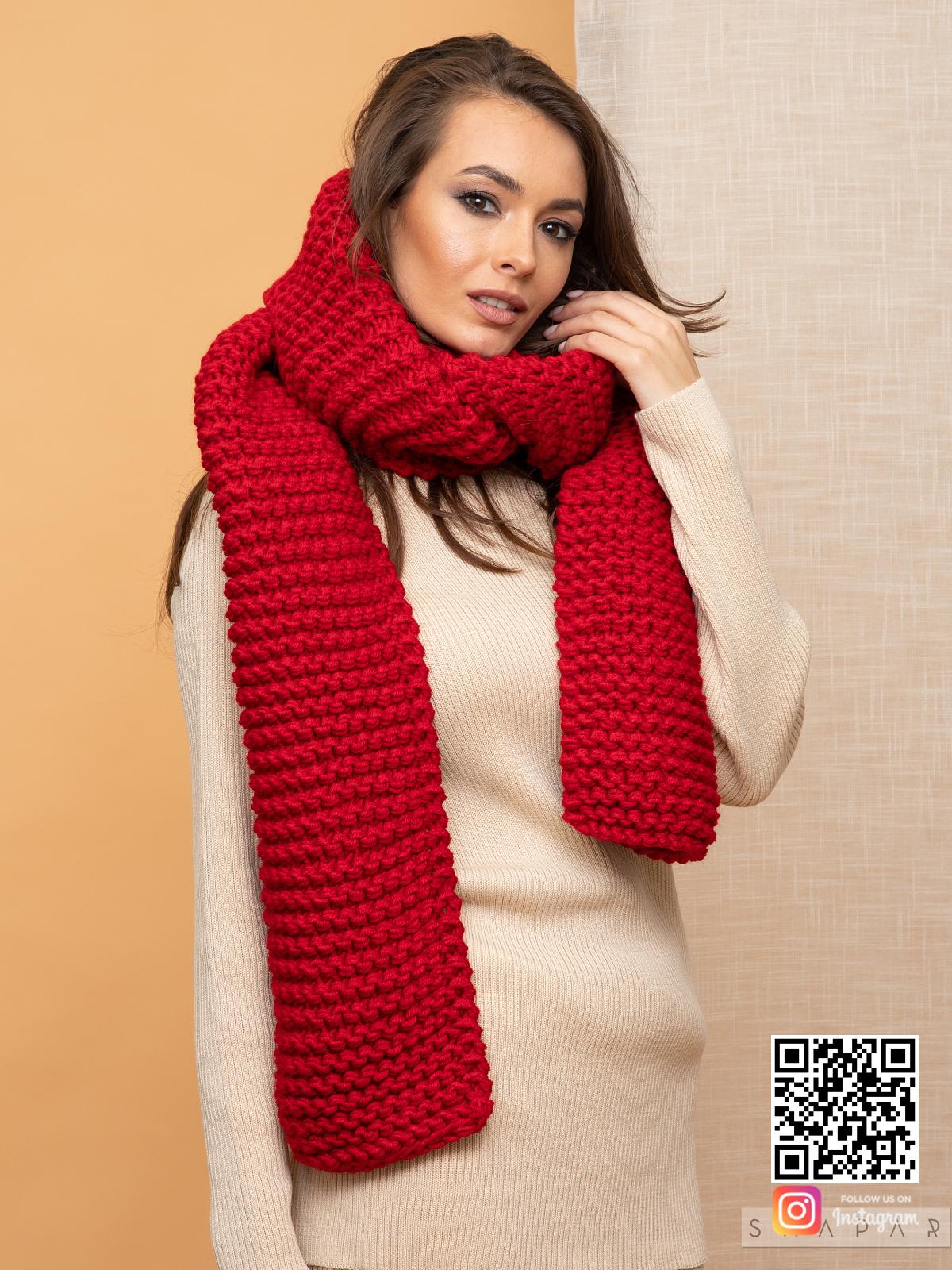 На второй фотографии женский шарф красного цвета от Shapar, бренда вязаной одежды ручной работы в интернет-магазине связанных спицами вещей.