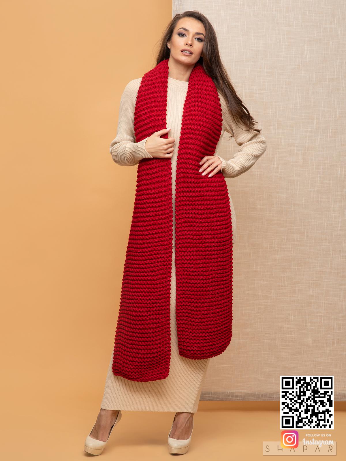 На шестой фотографии стильный красный шарф для девушек и женщин от Shapar, бренда вязаной одежды ручной работы в интернет-магазине связанных спицами вещей.