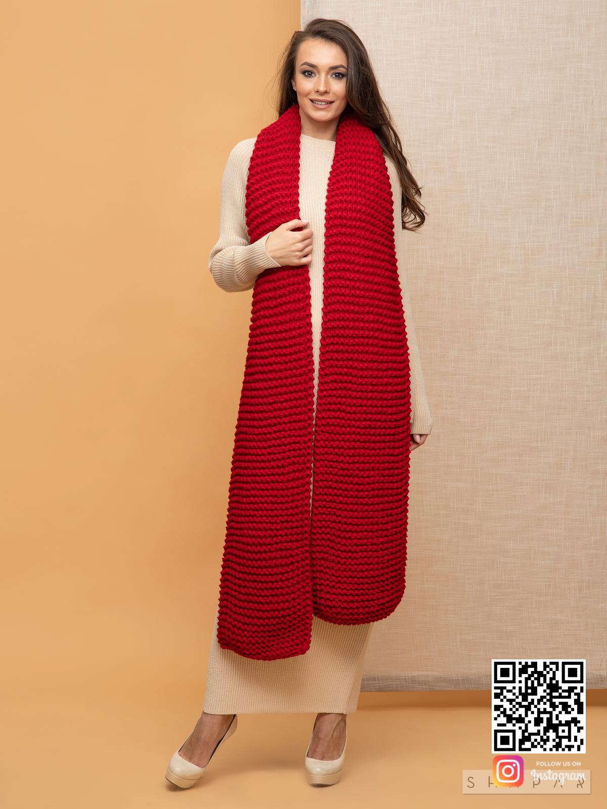 На третьей фотографии объемный женский шарф красного цвета от Shapar, бренда вязаной одежды ручной работы в интернет-магазине связанных спицами вещей.