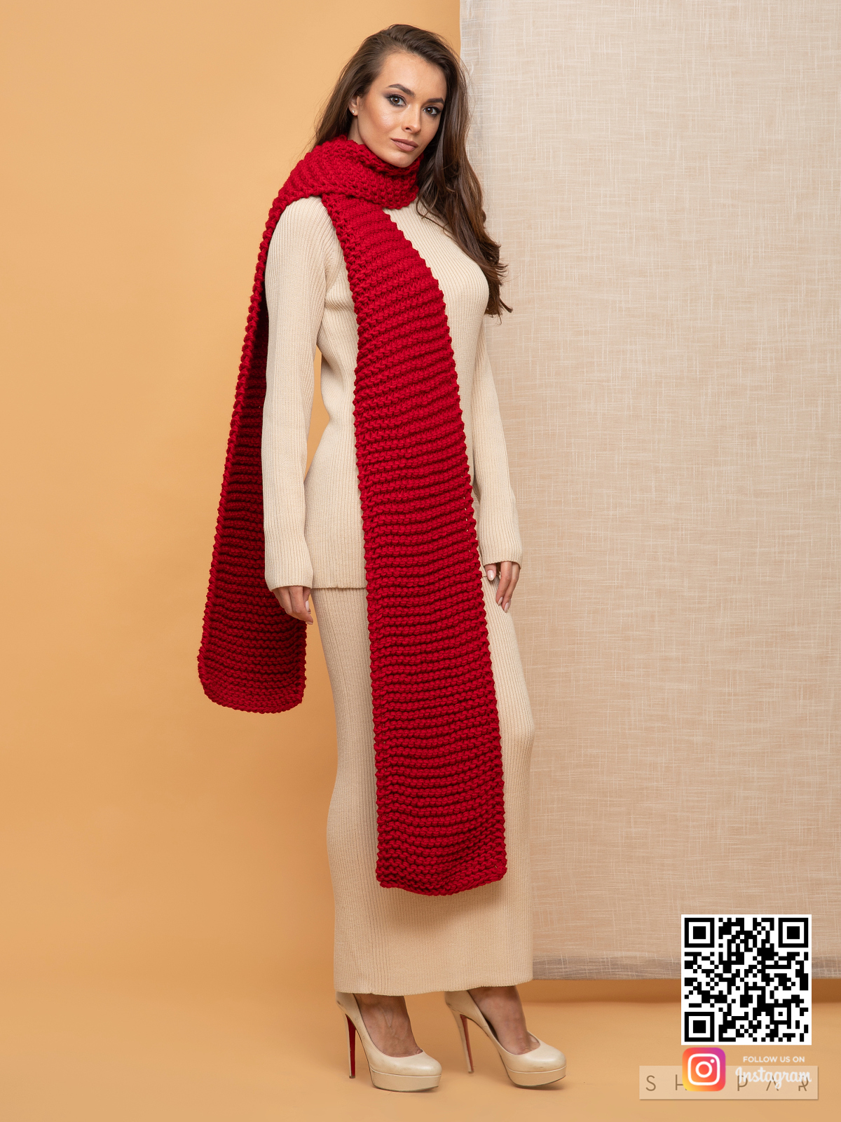 На фотографии длинный женский шарф красного цвета от Shapar, бренда вязаной одежды ручной работы в интернет-магазине связанных спицами вещей.