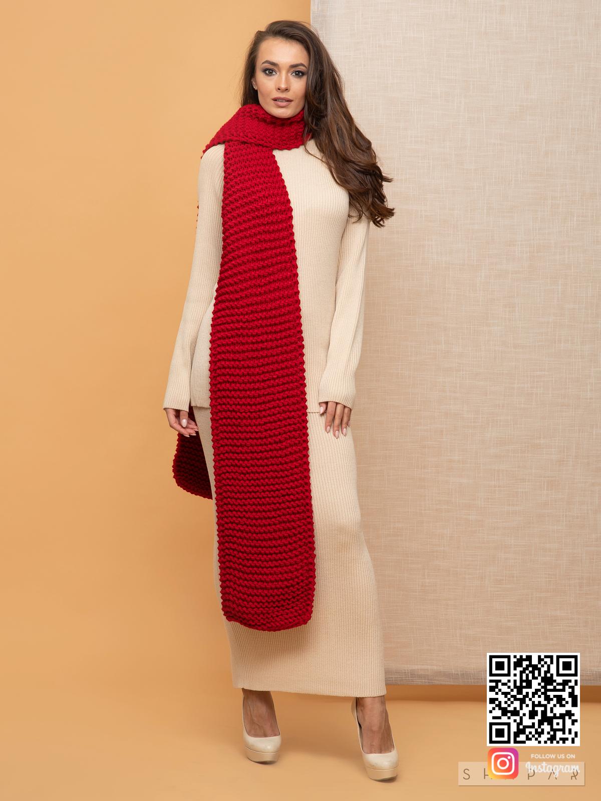 На четвертой фотографии женский шарф красного цвета крупной вязки от Shapar, бренда вязаной одежды ручной работы в интернет-магазине связанных спицами вещей.