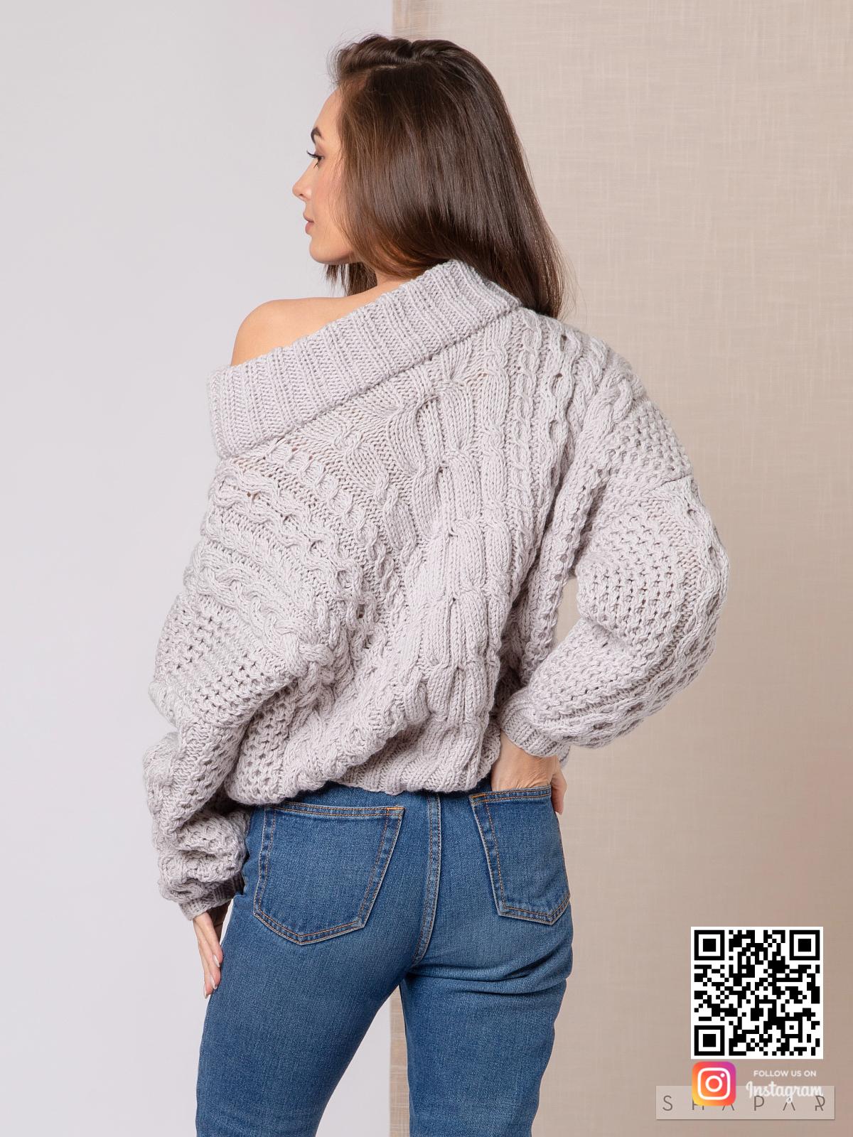 На второй фотографии женский свитер рубан со спины от Shapar, бренда вязаной одежды ручной работы в интернет-магазине связанных спицами вещей.