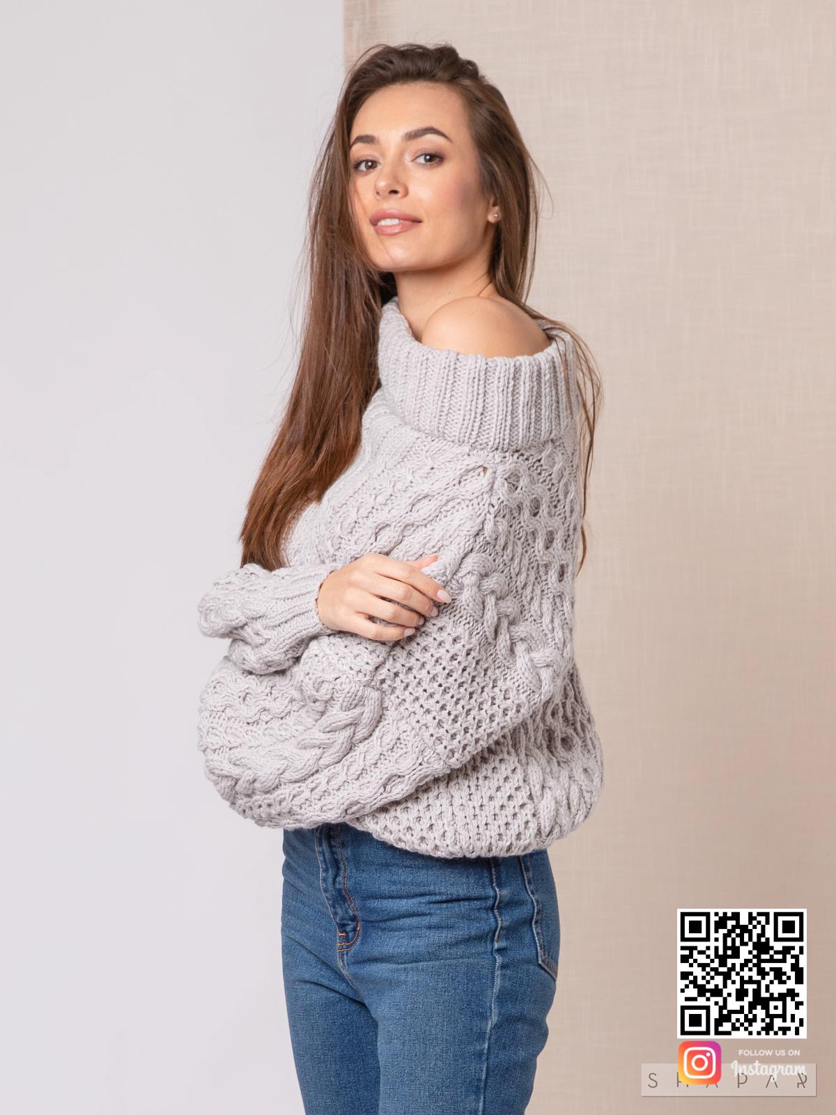 На фотографии женский свитер рубан от Shapar, бренда вязаной одежды ручной работы в интернет-магазине связанных спицами вещей.