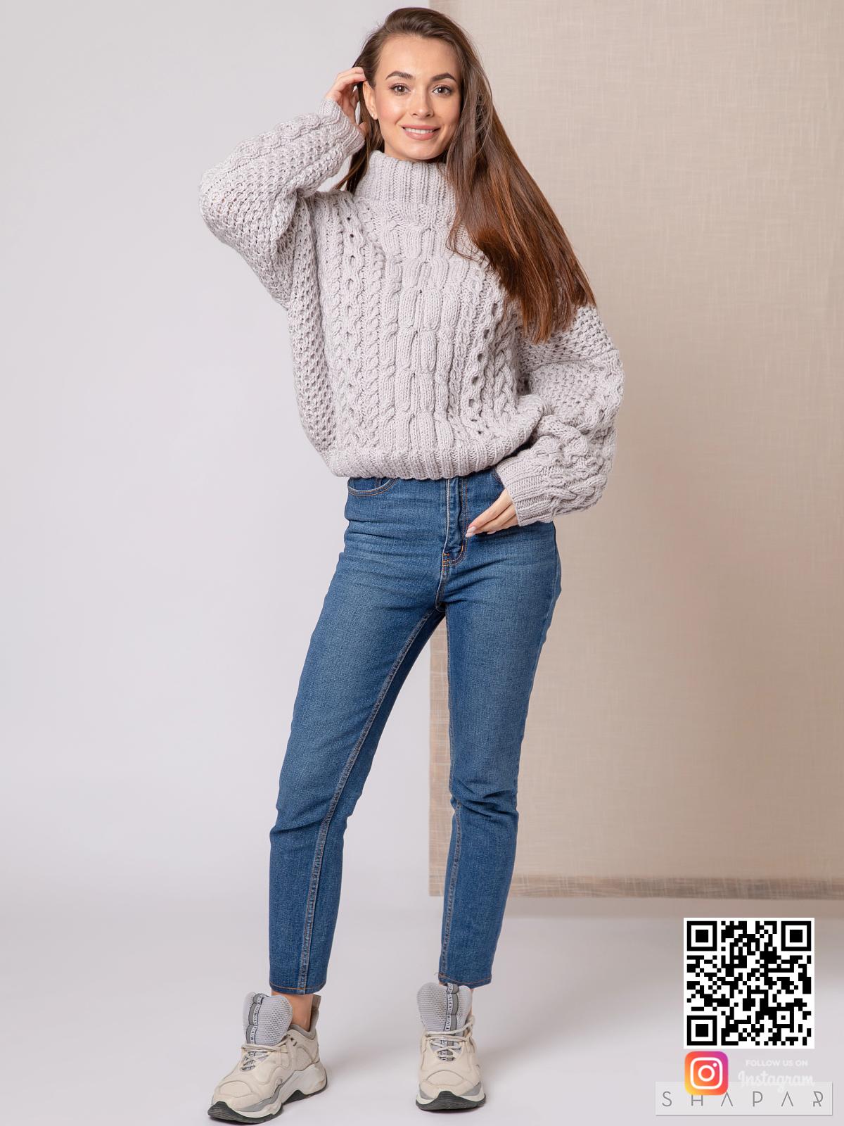 На четвертой фотографии объемный свитер рубан серого цвета от Shapar, бренда вязаной одежды ручной работы в интернет-магазине связанных спицами вещей.