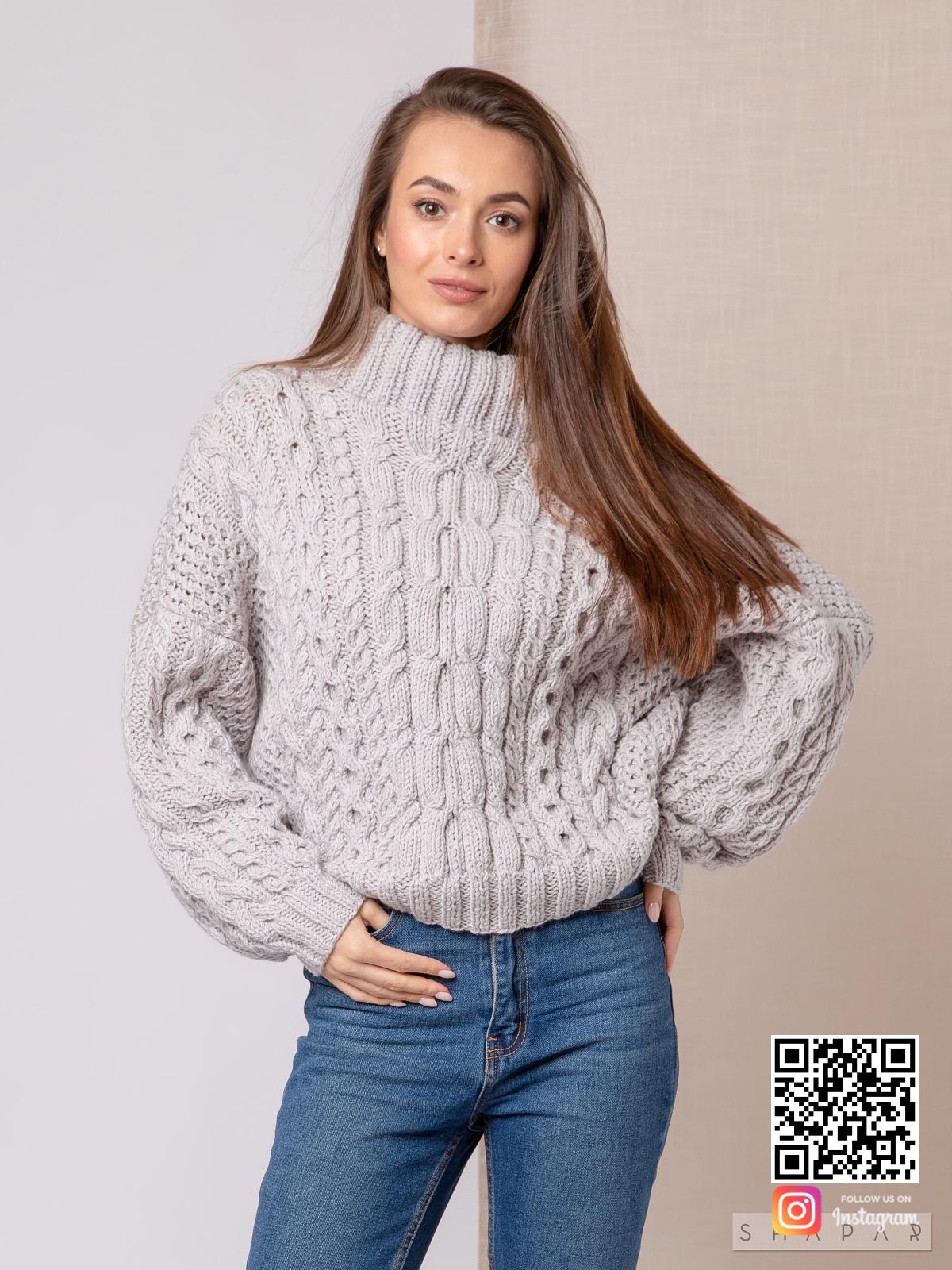 На третьей фотографии женский свитер рубан в косах от Shapar, бренда вязаной одежды ручной работы в интернет-магазине связанных спицами вещей.