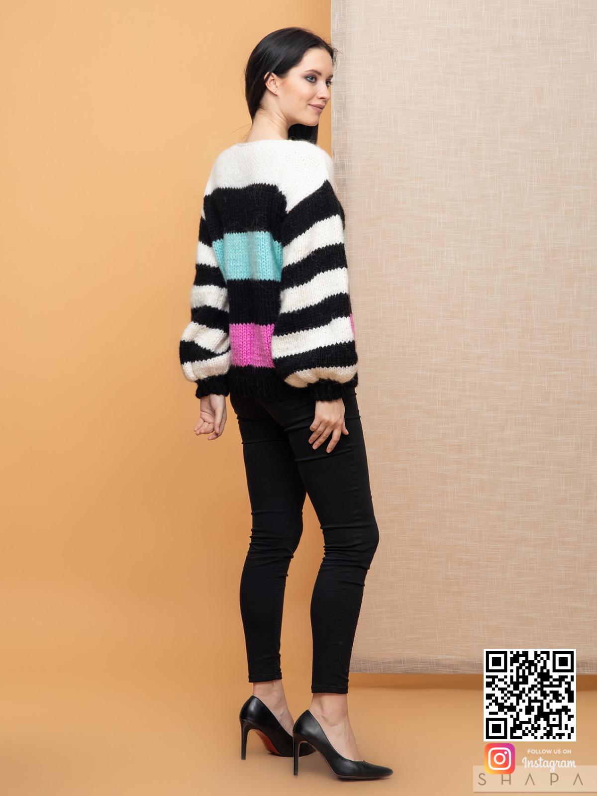 На пятой фотографии модный свитер в полоску для девушек и женщин от Shapar, бренда вязаной одежды ручной работы в интернет-магазине связанных спицами вещей.