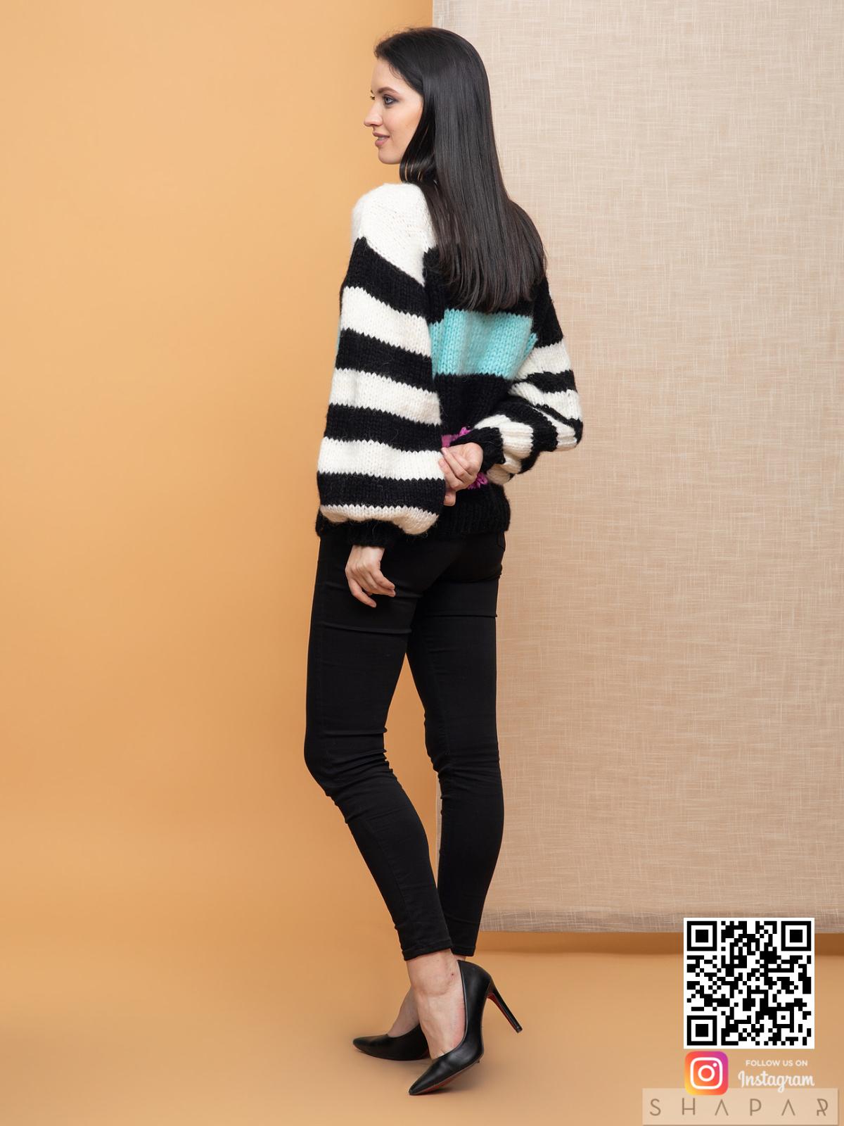 На третьей фотографии женский свитер в полоску со спины от Shapar, бренда вязаной одежды ручной работы в интернет-магазине связанных спицами вещей.