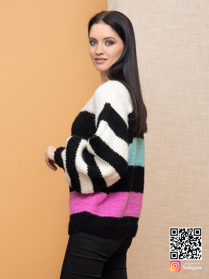 На второй фотографии цветной женский свитер в полоску от Shapar, бренда вязаной одежды ручной работы в интернет-магазине связанных спицами вещей.