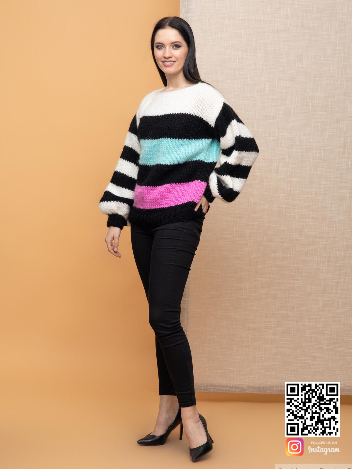 На четвертой фотографии женский свитер в полоску из мохера от Shapar, бренда вязаной одежды ручной работы в интернет-магазине связанных спицами вещей.
