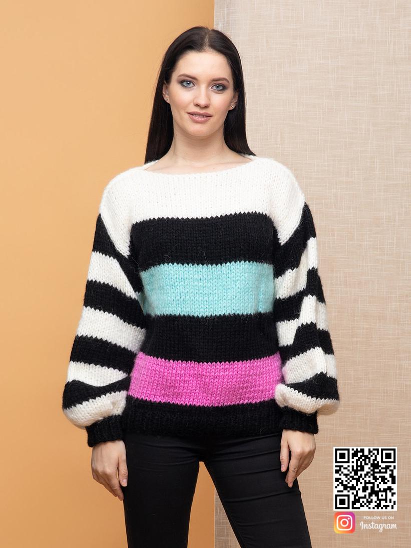 На фотографии женский свитер в полоску от Shapar, бренда вязаной одежды ручной работы в интернет-магазине связанных спицами вещей.