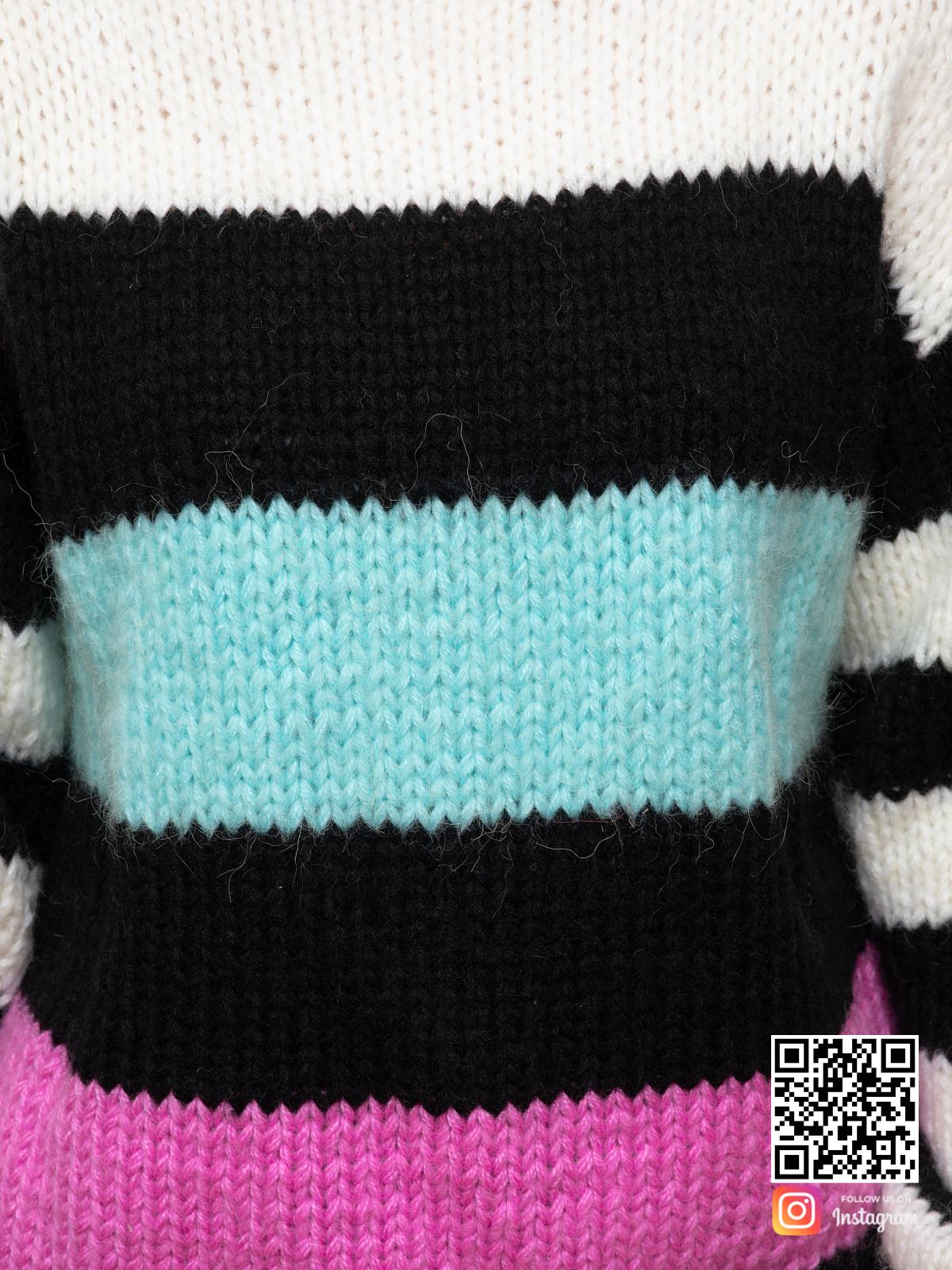 На шестой фотографии женский свитер в полоску крупным планом от Shapar, бренда вязаной одежды ручной работы в интернет-магазине связанных спицами вещей.