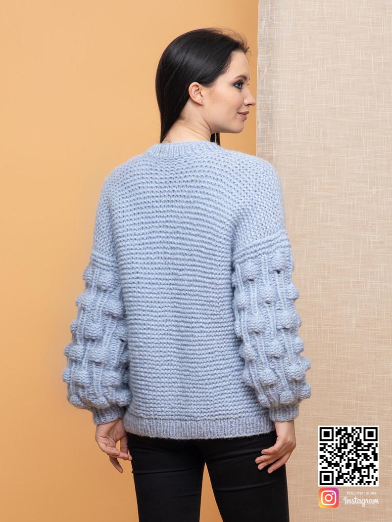 На второй фотографии вязаный бомбер со спины от Shapar, бренда женской одежды ручной работы в интернет-магазине связанных спицами вещей.