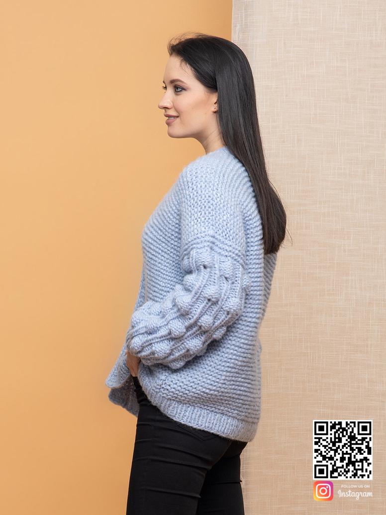 На пятой фотографии вязаный бомбер для девушек голубого цвета от Shapar, бренда женской одежды ручной работы в интернет-магазине связанных спицами вещей.