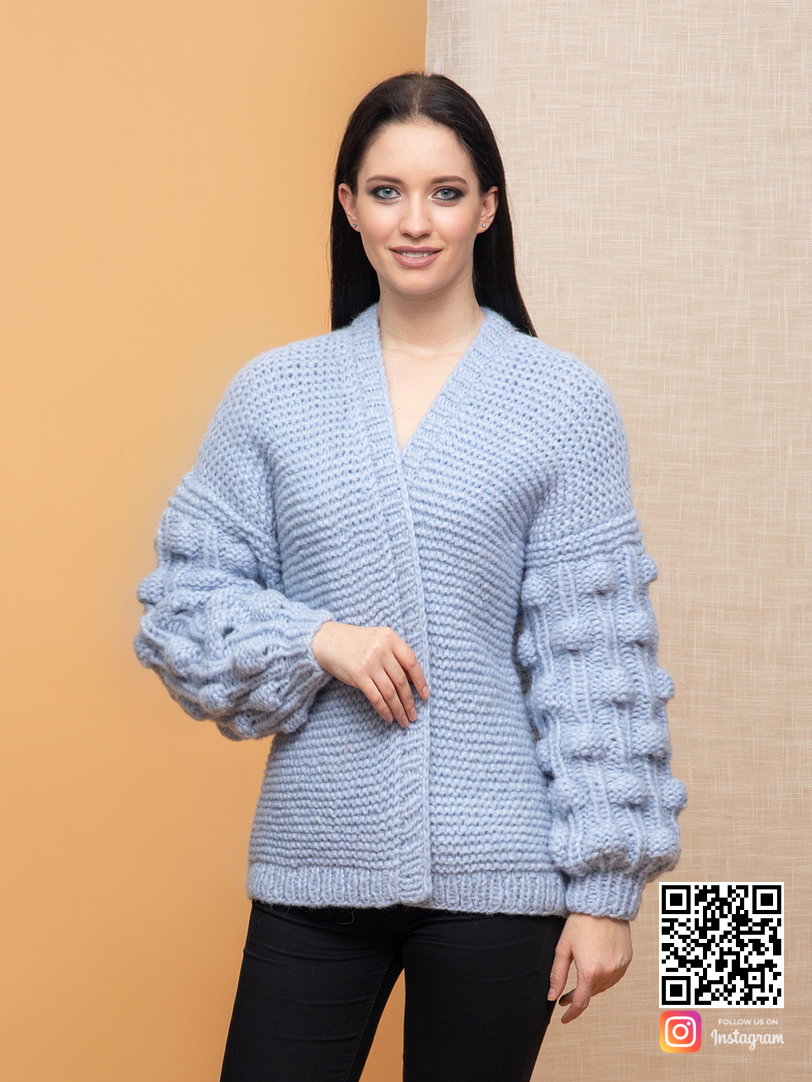 На четвертой фотографии вязаный бомбер с объемными рукавами от Shapar, бренда женской одежды ручной работы в интернет-магазине связанных спицами вещей.
