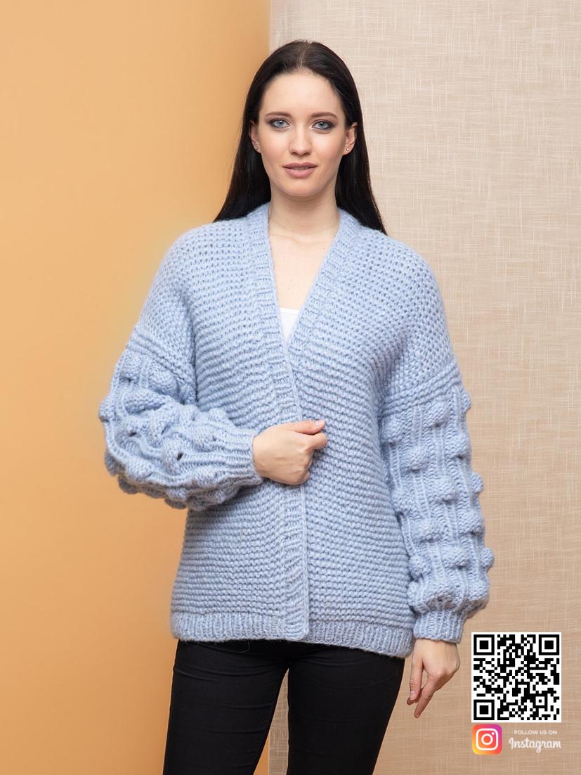 На фотографии вязаный бомбер от Shapar, бренда женской одежды ручной работы в интернет-магазине связанных спицами вещей.
