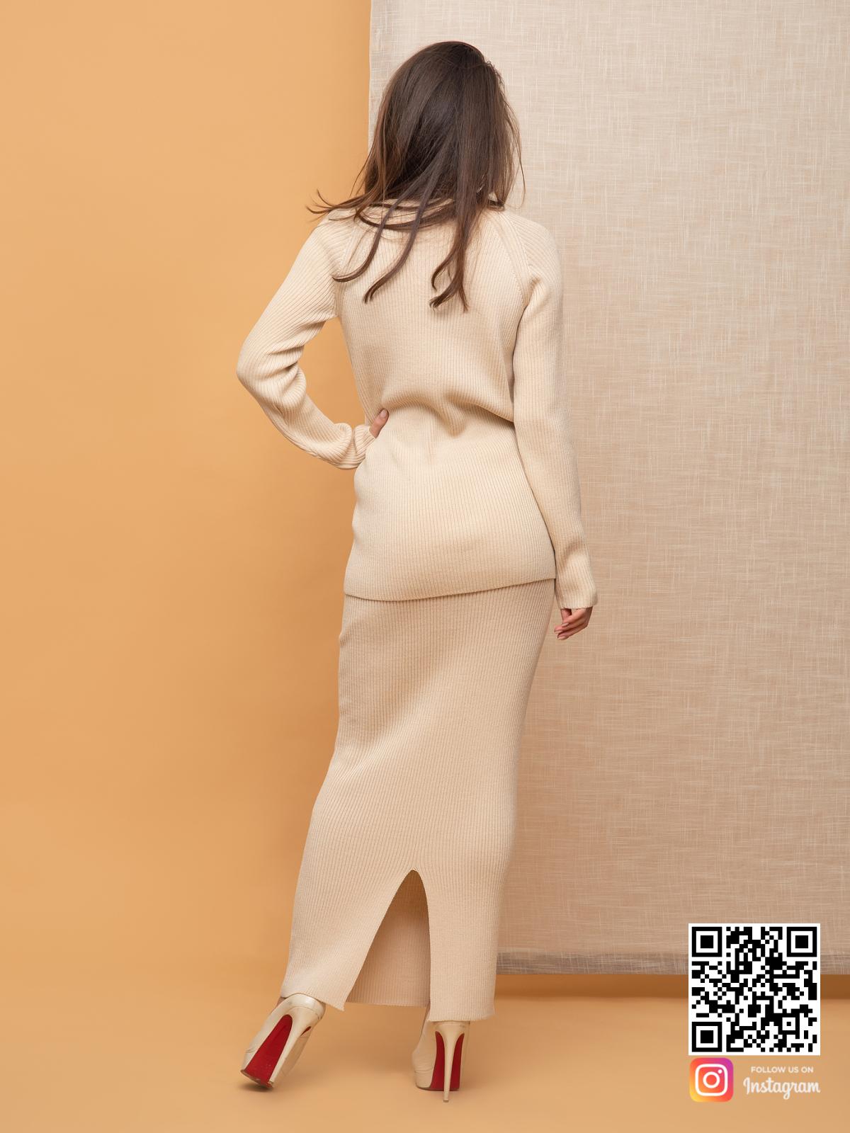 На пятой фотографии повседневный бежевый костюм с юбкой от Shapar, бренда вязаной одежды ручной работы в интернет-магазине связанных спицами вещей.