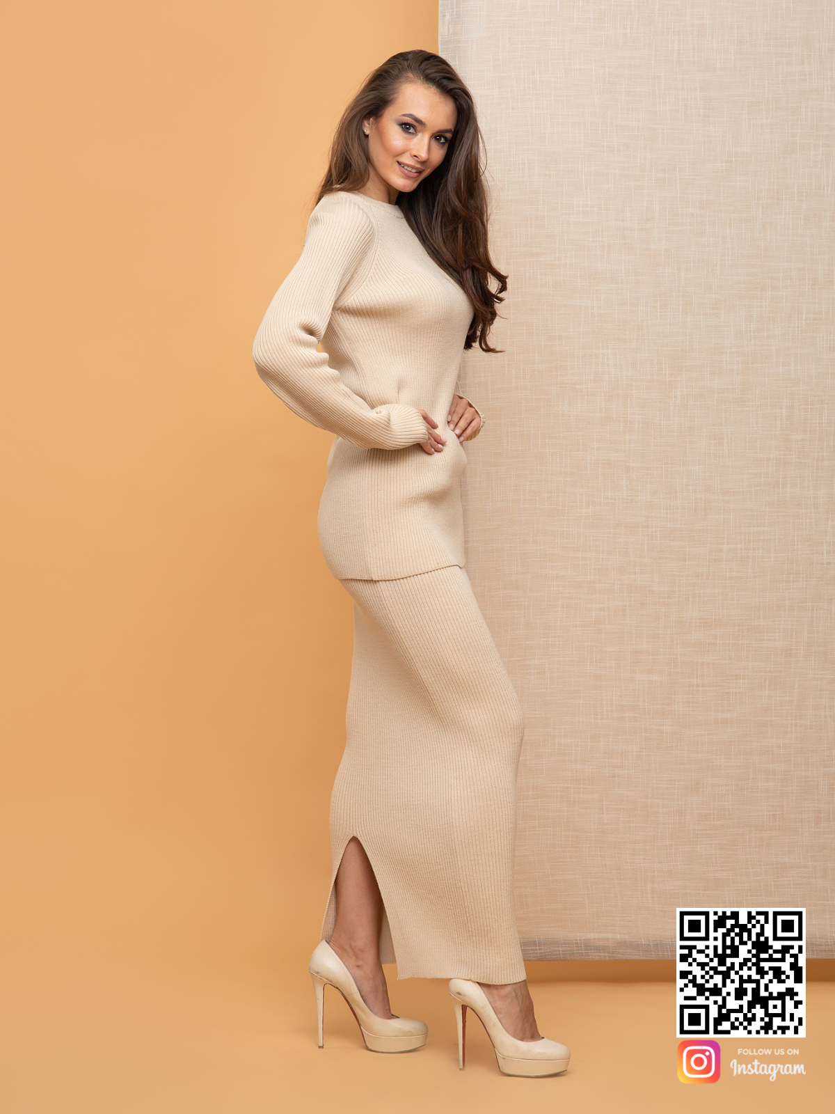 На второй фотографии женский бежевый костюм с длинной юбкой с разремом от Shapar, бренда вязаной одежды ручной работы в интернет-магазине связанных спицами вещей.
